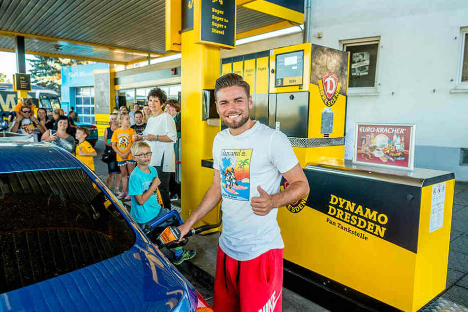 Niklas Kreuzer zapft Benzin an der neu lackierten Dynamo-Tanke.