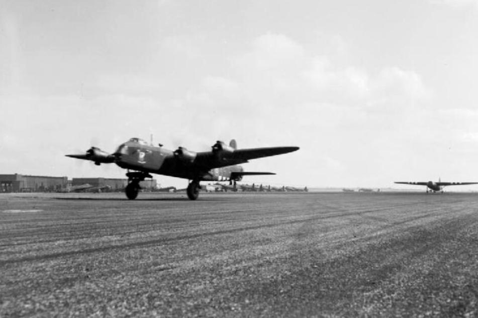 Ein Bomber vom Typ Short Stirling startet.