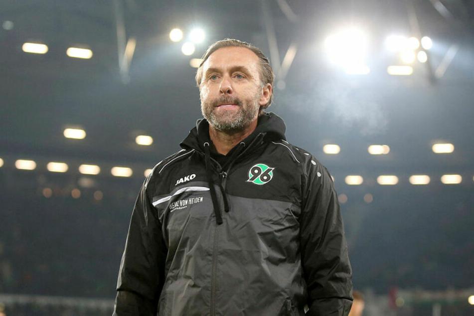 Enttäuscht von seinem Team, aber unbeeindruckt vom Gegner: der neue Hannover-Trainer Thomas Doll (52).