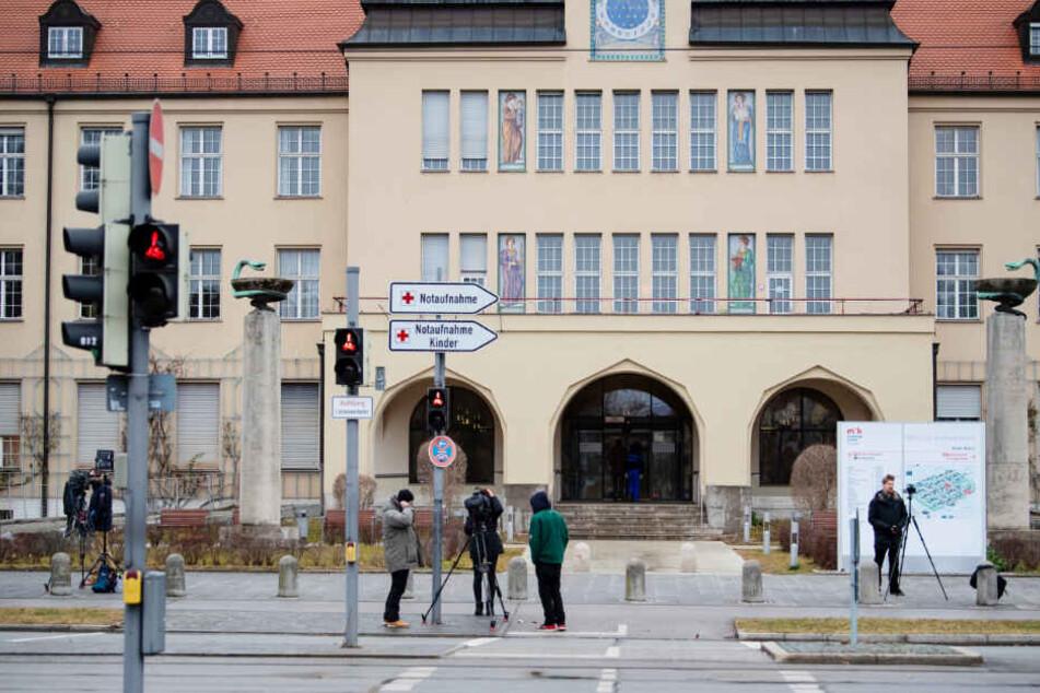 Kamerateams stehen vor dem Haupteingang des Klinikums Schwabing. Der erste bestätigte Coronavirus-Patient in Deutschland liegt auf der Isolierstation im Münchner Klinikum Schwabing.