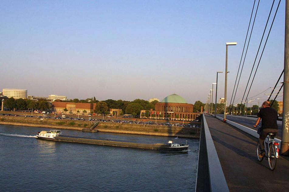 Von dieser Brücke fiel die junge Frau (19) in den Rhein. (Symbolbild)