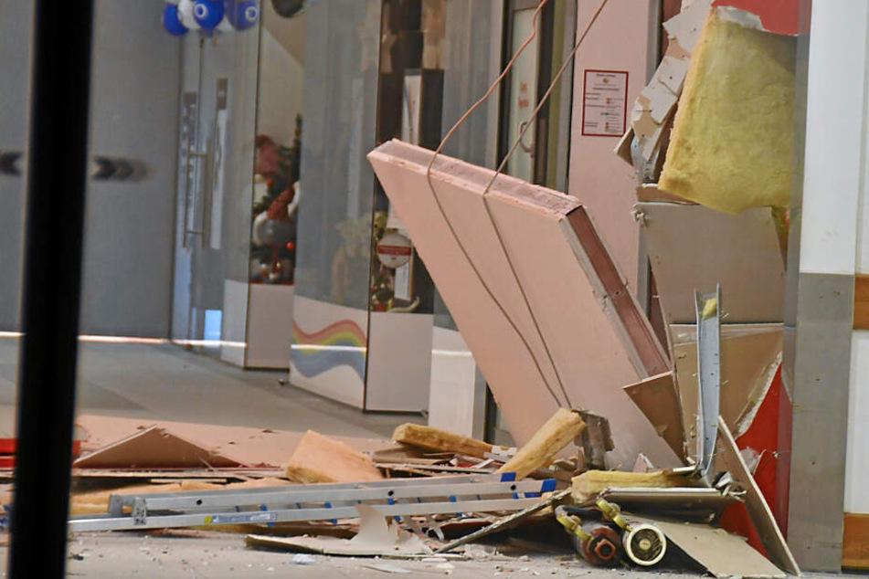 Geldautomat in Einkaufszentrum gesprengt, Spur der Verwüstung hinterlassen