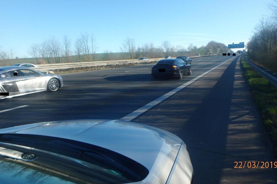 Das Foto der Polizei zeigt einen Hochzeitskorso auf der Autobahn A3.