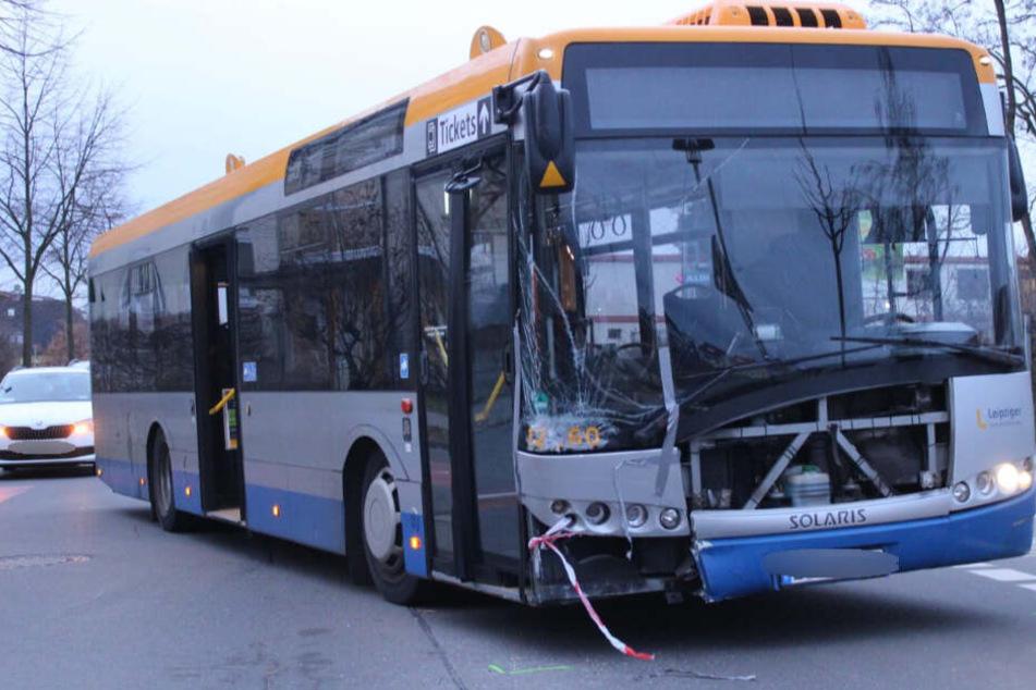 Linienbus kollidiert mit Auto: Rettungseinsatz in Leipzig!