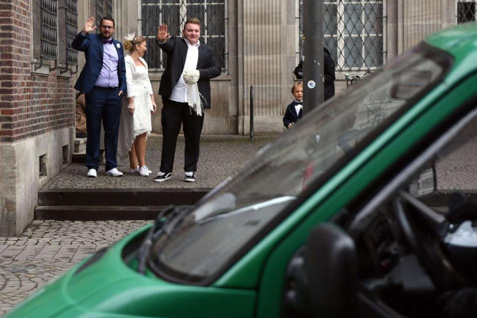 In Köln müssen Brautpaare am Donnerstag mit einer Polizei-Eskorte zum Standesamt gebracht werden.