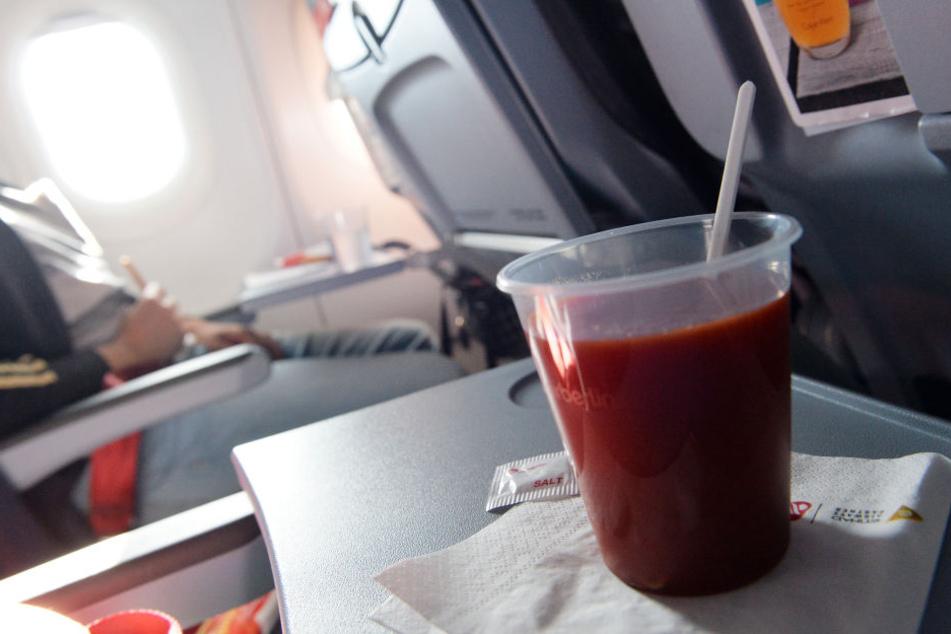 """Der Australier Michael Anthony Taylor verklagt eine Fluggesellschaft, weil er von seinen offenbar übergewichtigen Sitznachbarn """"eingequetscht"""" worden sein soll (Symbolbild)."""
