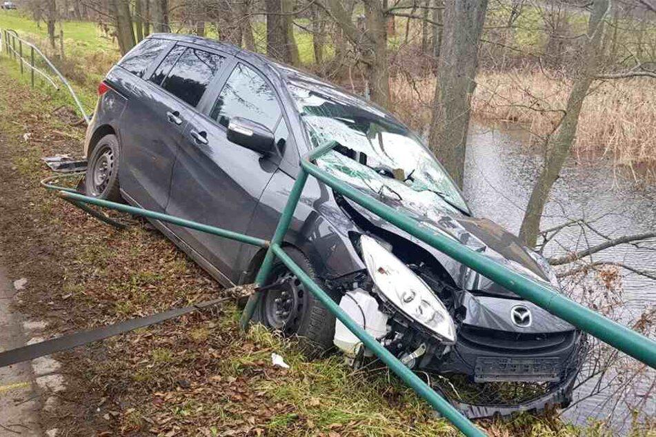 Mazda kracht in Geländer, Stange bohrt sich in den Innenraum