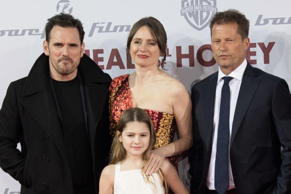 """Die Schauspieler Matt Dillon (von links nach rechts), Emily Mortimer, Til Schweiger und May Rose Nivola, Tochter von Emily Mortimer, sind zur Europapremiere des Films """"Head Full of Honey"""" in den Zoo Palast nach Berlin gekommen."""