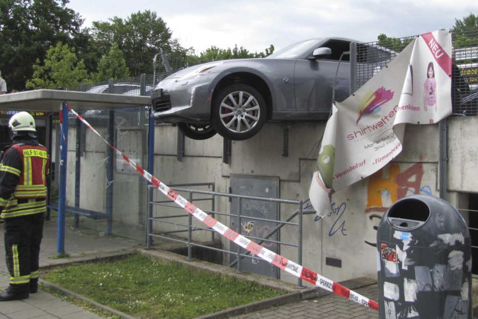 Die Feuerwehr konnte den Wagen stabilisieren und abtransportieren.