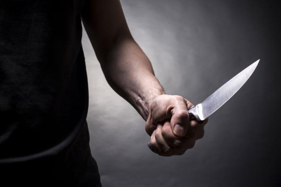 Ein Täter verletzte das Opfer mit einem Messer. (Symbolbild)