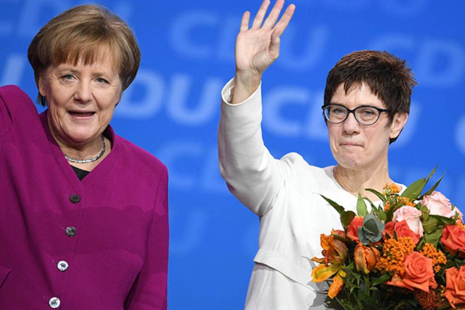 Bundeskanzlerin Angela Merkel (l) steht neben Annegret Kramp-Karrenbauer, Ministerpräsidentin im Saarland, nach ihrer Wahl zur CDU-Generalsekretärin.