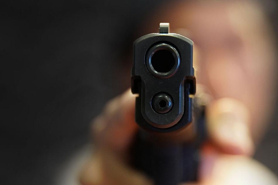 Ein Asylbewerber entriß einem Polizisten die Dienstwaffe und zielte auf ihn. Zum Glück löste sich kein Schuss.