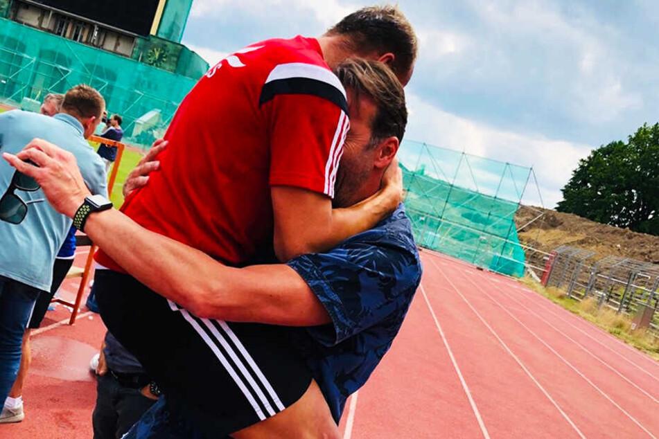 Kay-Uwe Jendrossek jubelt mit Thomas Köhler, dem Leiter des Nachwuchsleistungszentrums. Jendrossek, seit 18 Jahren als Spieler und Trainer beim CFC, hat mit seinem Team das Unmögliche möglich gemacht.