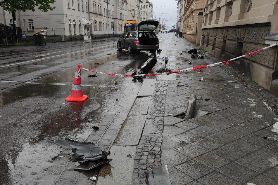 Überall Scherben und Trümmer: Von der Ampel steht nichts mehr und auch ein Verkehrsschild liegt flach, daneben liegt ein loser Reifen.
