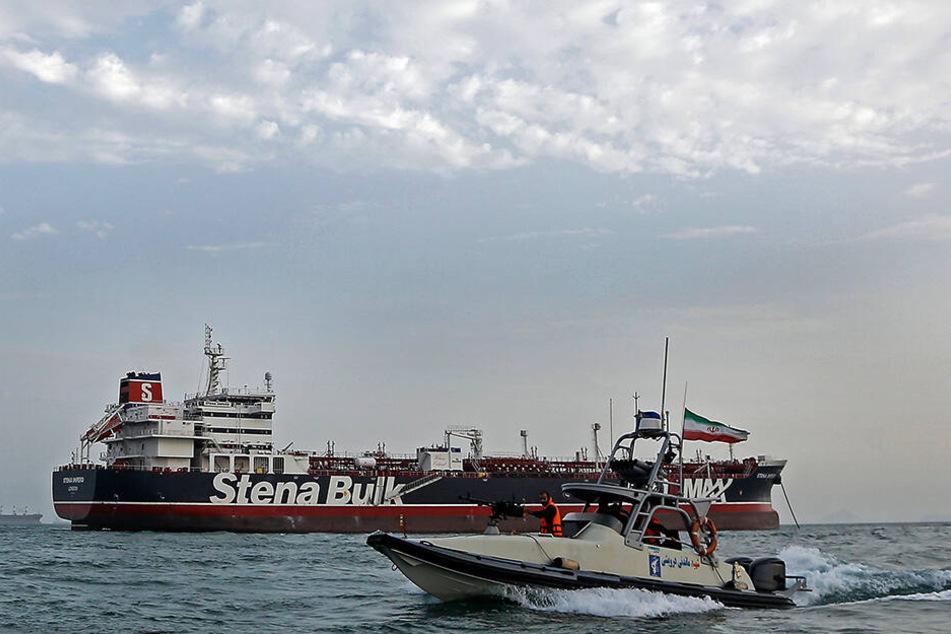 """Ein Schnellboot der iranischen Revolutionsgarde bewegt sich um britischen Öltanker """"Stena Impero""""."""