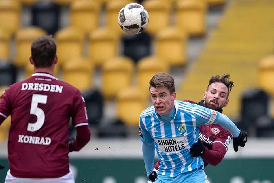 Florian Hansch (M.) im Januar-Test gegen Dynamo Dresden mit Giuliano Modica (hinten) und Manuel Konrad beim Kampf um den Ball.