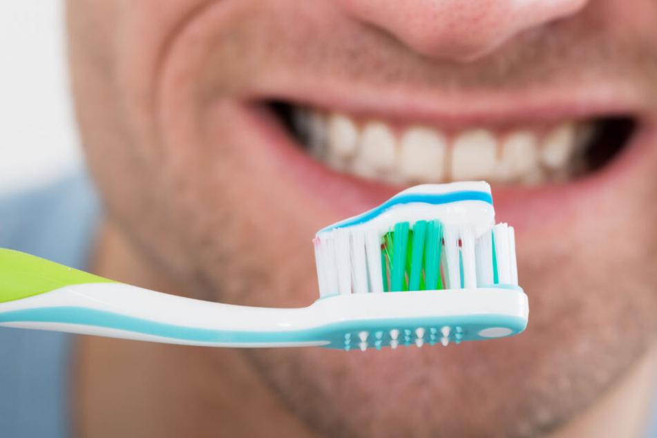 Weil der Mann zu spät dran war, putze er sich während der Fahrt die Zähne. (Symbolbild)