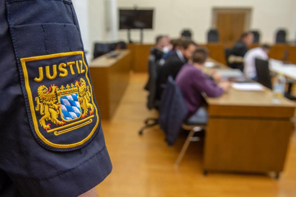 Der Mann muss sich vor dem Landgericht Passau wegen versuchten Mordes verantworten. (Symbolbild)