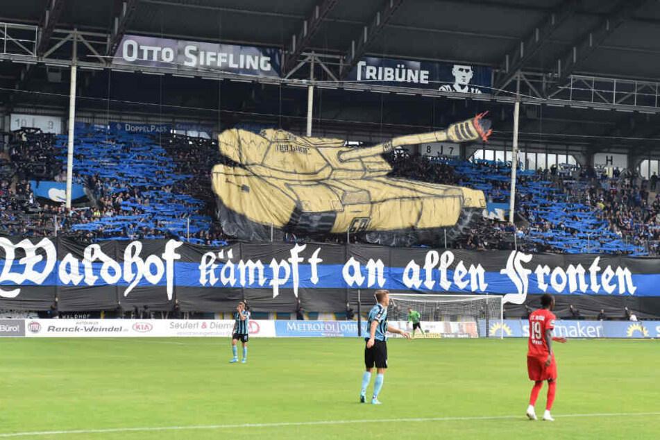 Die Fans des SV Waldhof Mannheim stellen beim Ligaspiel gegen Hansa Rostock eine Panzer-Choreografie zur Schau.