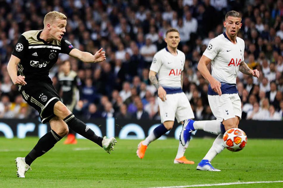 Donny van de Beek (l.) trifft zum 1:0 für Ajax Amsterdam.