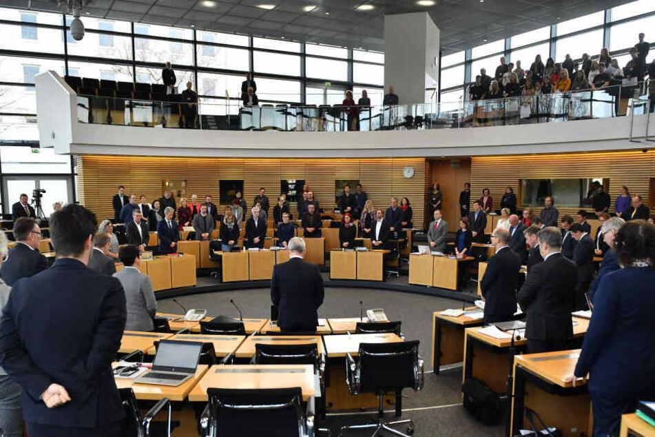 Die Landtagssitzung war mit einer Schweigeminute für die bei einem Schulbus-Unfall verstorbenen Kinder gestartet.