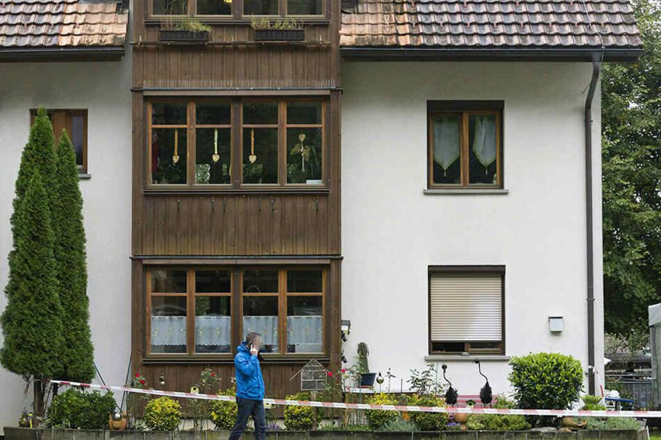 In diesem Haus wurden eine Frau und zwei Kinder tot aufgefunden. Ein Mann sprang aus dem Fenster und starb. Dabei handele es sich um einen erweiterten Suizid.