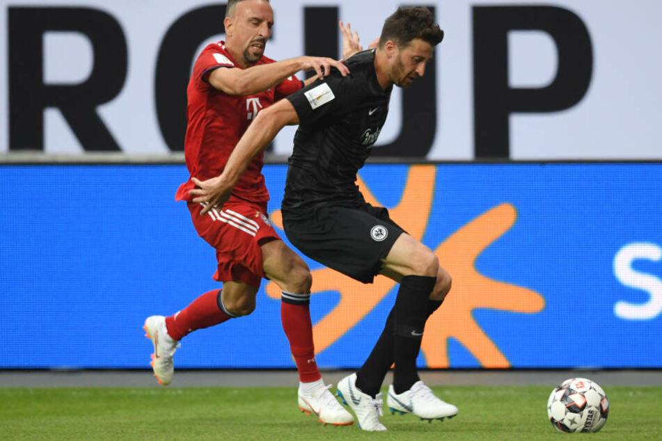 David Abraham (re.) schiebt seinen bulligen Körper vor den quirligen Franck Ribéry.
