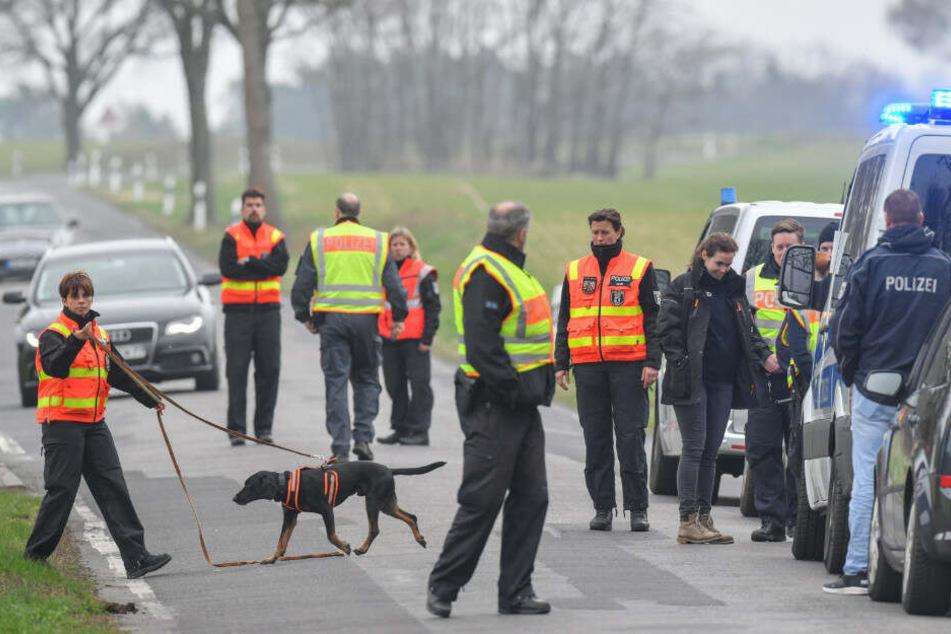 Polizisten suchen nahe der A13 nach Spuren.