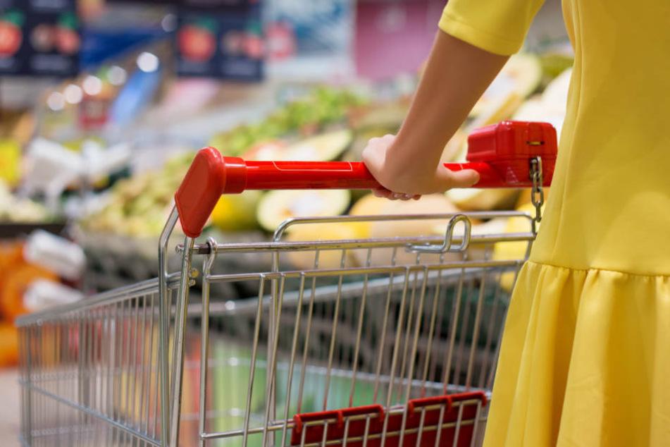 Die Frau war gerade in ihren Einkauf vertieft, als sich plötzlich ein Unbekannter von der Seite näherte. (Symbolbild)