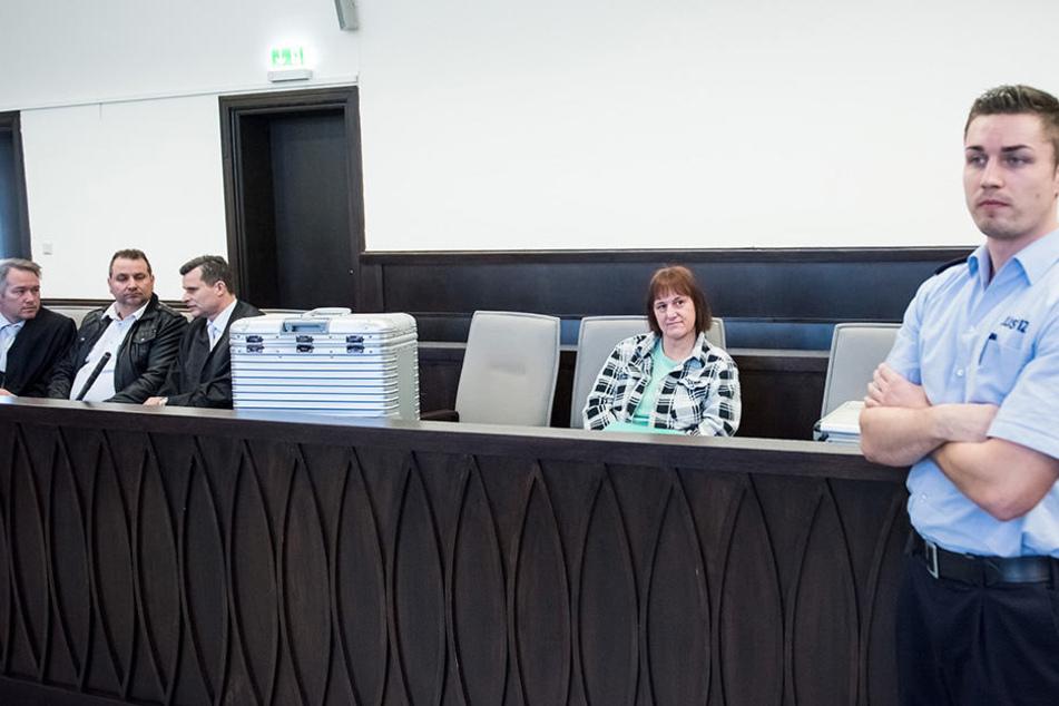 Wilfried W. (2.v.li.) und Angelika W. (2.v.re.) stehen wegen Mordes vor dem Paderborner Landgericht.