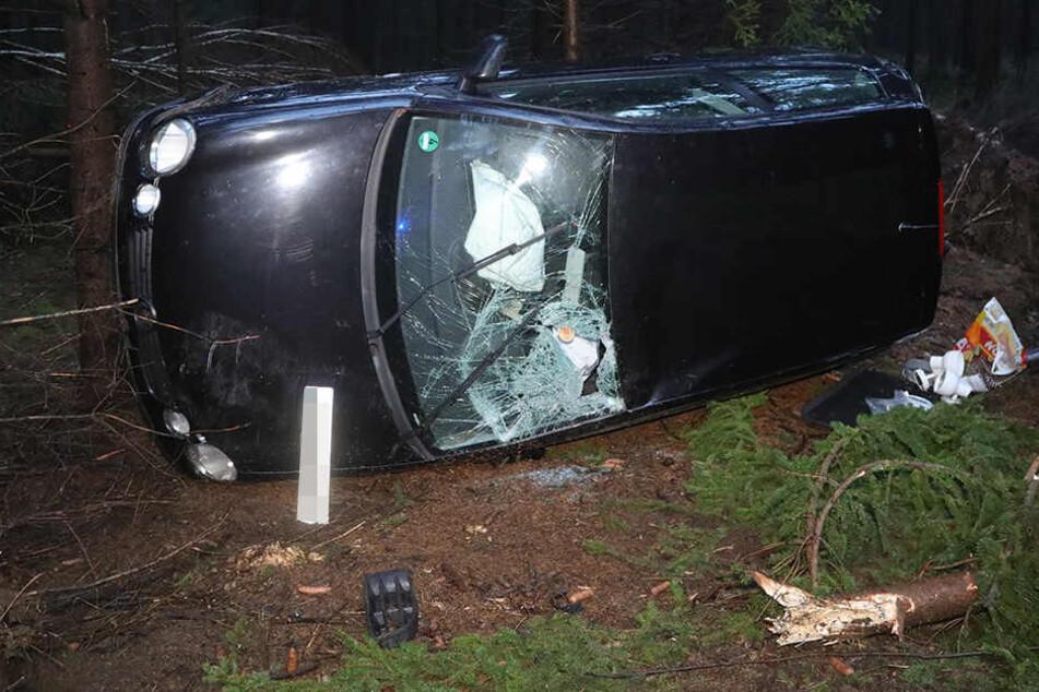 Heftiger Crash! Frau schleudert mit ihrem Auto gegen Bäume