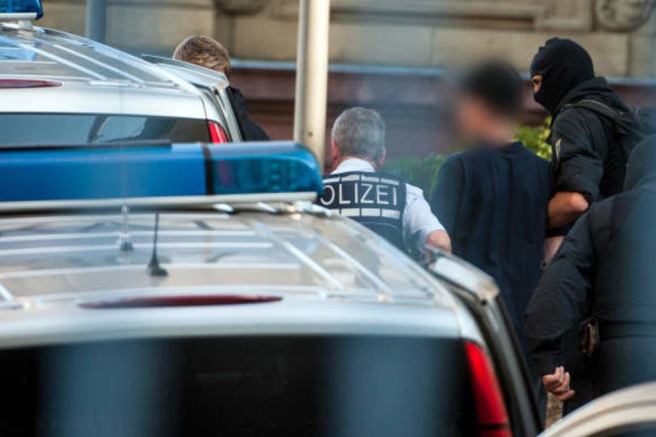 """Gegen alle festgenommenen mutmaßlichen Mitglieder der Terrorgruppe """"Revolution Chemnitz"""" wurden Haftbefehle erlassen."""