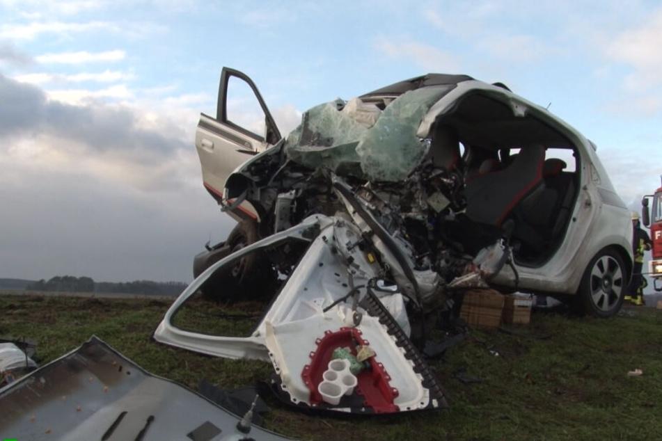 Auto kracht gegen Strommast: Frau stirbt bei schwerem Unfall auf der B107