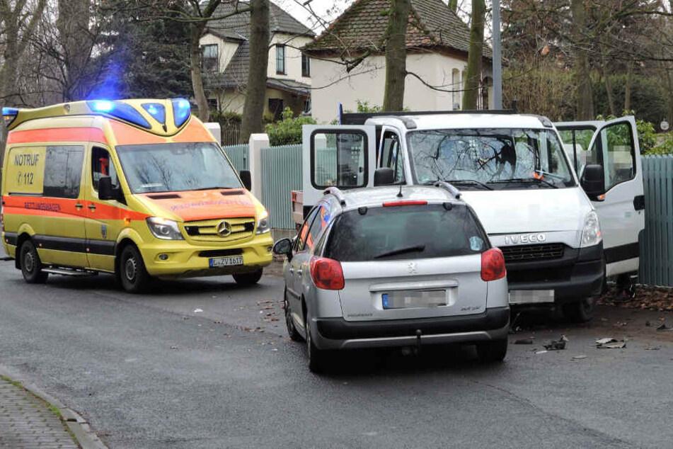 Peugeot kracht frontal in Transporter: Notarzt eingeflogen