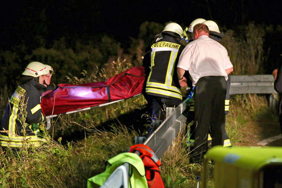 Rettungskräfte bergen die Leichen der beiden Opfer.