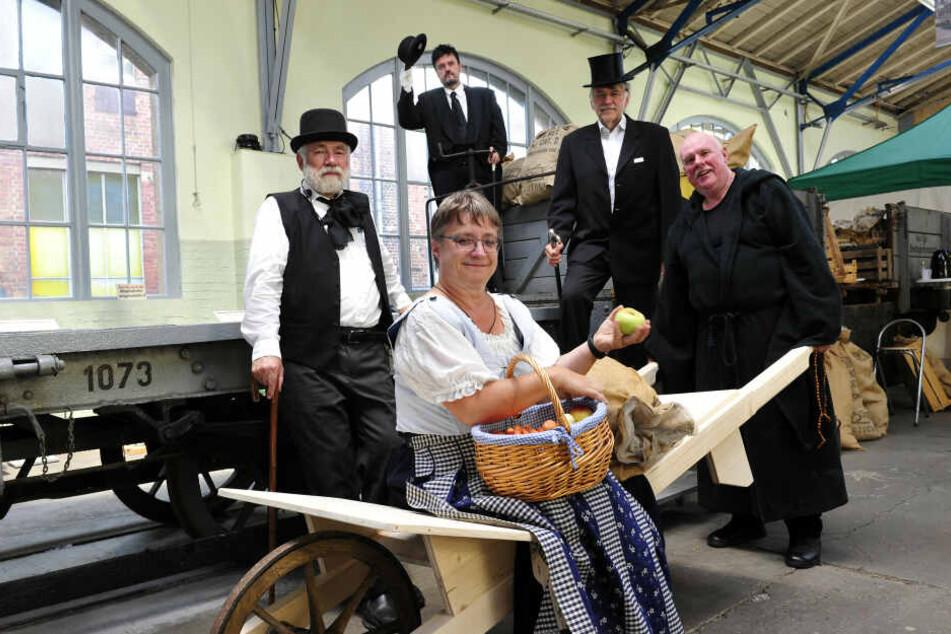 Neben Jens Meiwald (2.v.l.) sind auch die Chemnitzer Gästeführer beim Stück dabei.