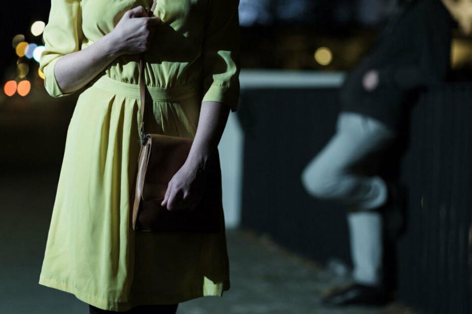 Die Junge Frau wurde von ihrem Angreifer zu Boden gerückt. (Symbolbild)