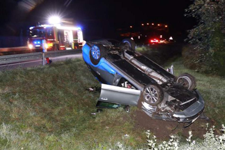 Der Skoda landete nach dem Crash auf dem Dach.