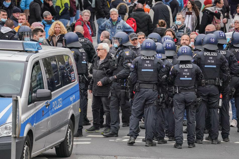 """Chaos in der Innenstadt: Festnahmen und Rangeleien bei """"Querdenken""""-Demo"""
