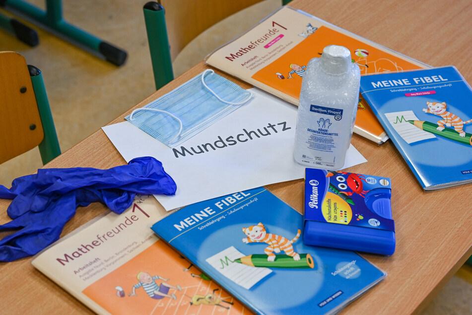 Eine Berliner Schule muss wegen eines Corona-Verdachtsfalls wieder schließen (Symbolbild).