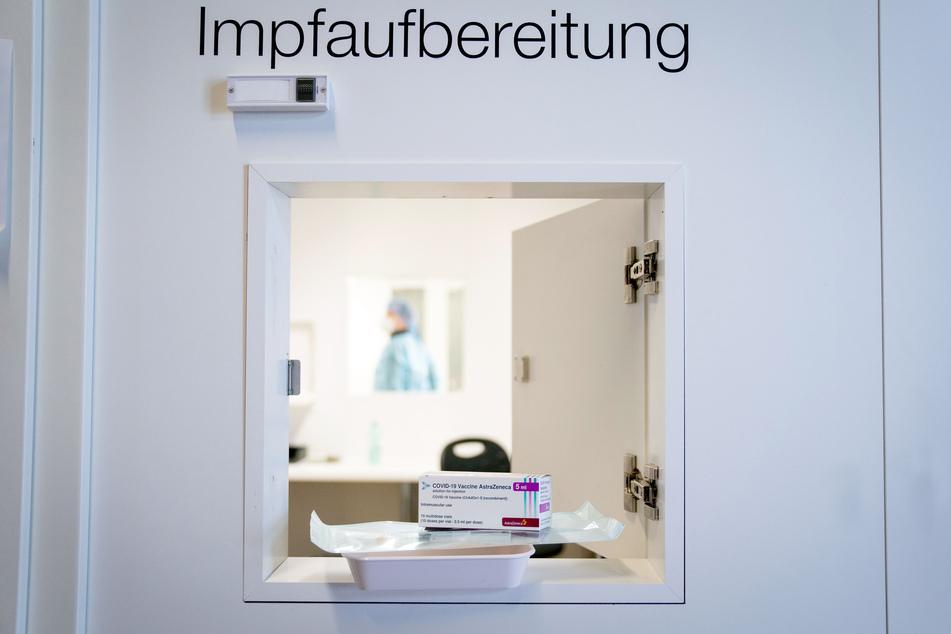 Berlin: Spritzen und eine Packung mit dem Impfstoff von AstraZeneca liegen in einer Durchreiche im vierten Impfzentrum in Berlin.