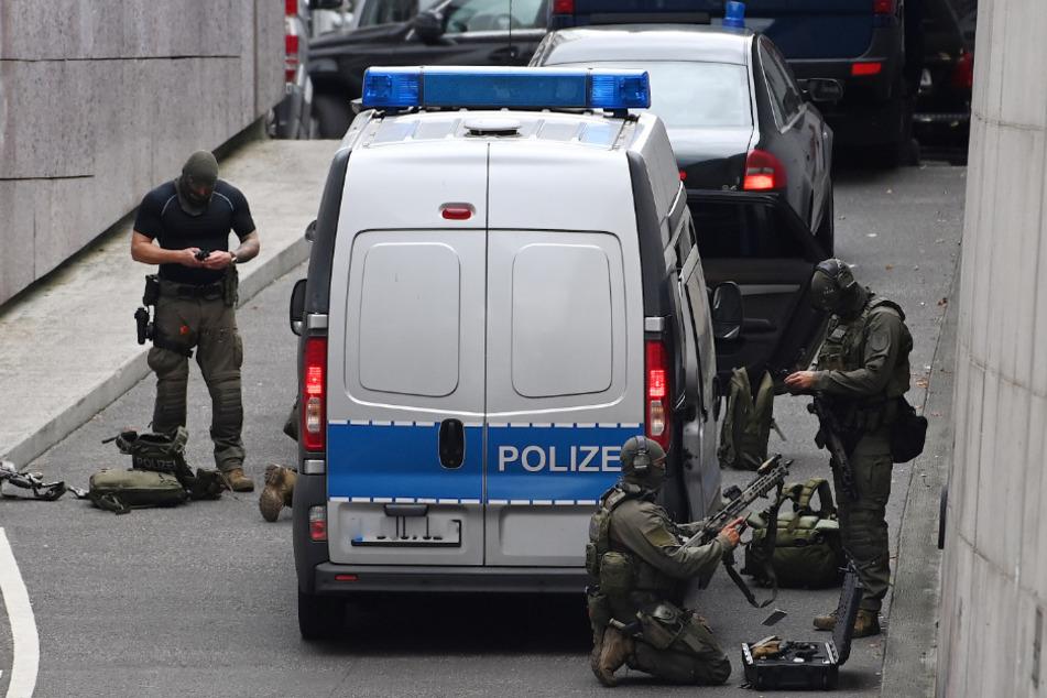 """Einsatzkräfte der Polizei stehen bei einem Einsatz in der Bahnhofstraße vor dem """"Forum Köpenick""""."""