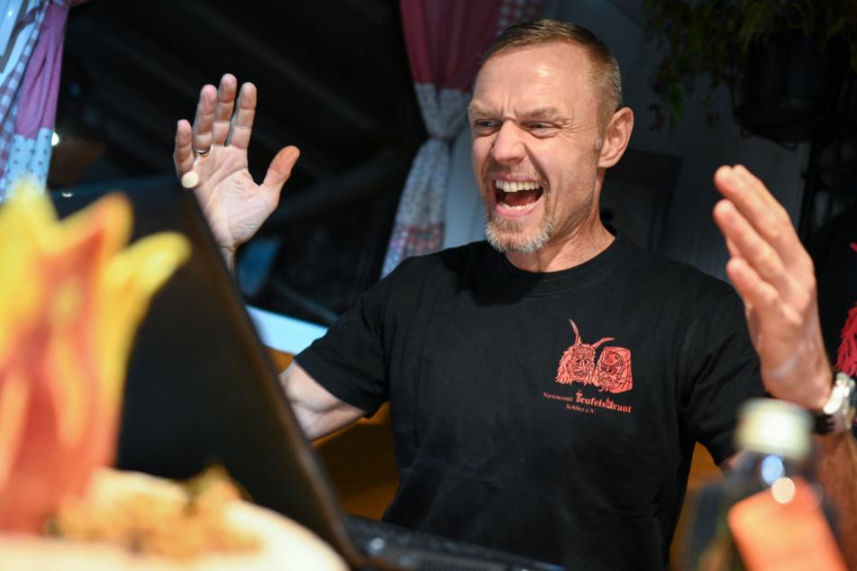 Gisbert Eyth, Zunftmeister der Narrenzunft Teufelsbraut aus Schlier, testet am Vorabend seine Online-Ansprache an die Mitglieder der Narrenzunft.