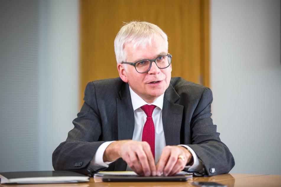 Finanzminister Hartmut Vorjohann (56, CDU) hat ein Milliardenloch in der Kasse.
