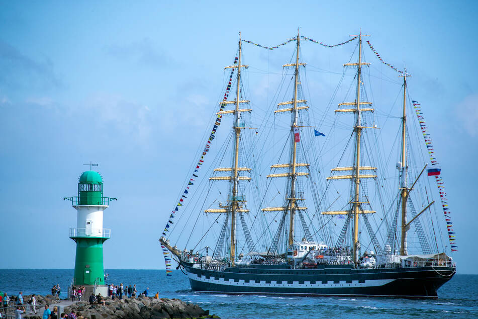 """Das russische Segelschiff """"Kruzenshtern"""" fährt am zweiten Tag der 29. Hanse Sail beim Beginn der Ausfahrten von Segelschiffen auf der Ostsee am Molenfeuer in Warnemünde vorbei. (Archivbild)"""