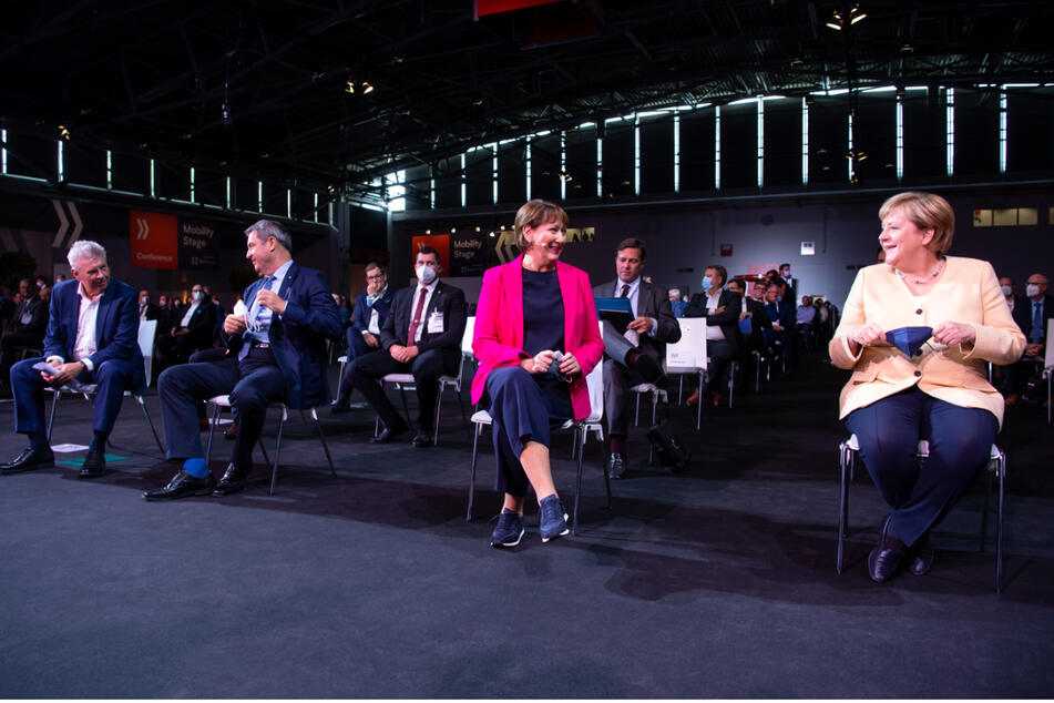 Am heutigen Dienstag startete in München die Internationalen Automobil-Ausstellung (IAA Mobility), auch Bundeskanzlerin Angela Merkel (67, CDU, r.) war vor Ort.