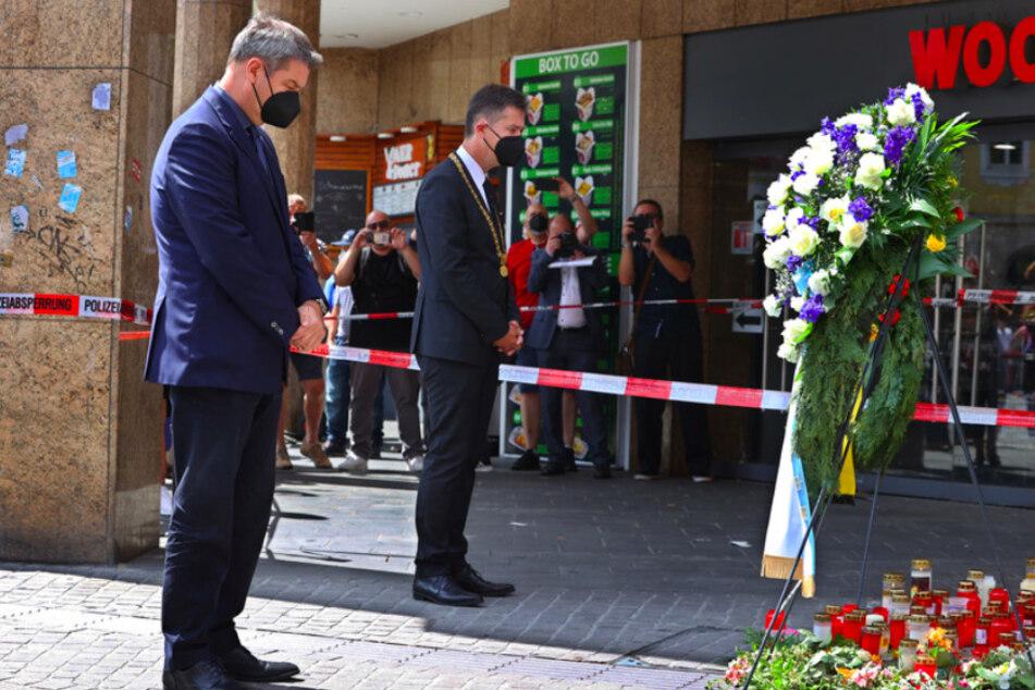 Markus Söder (54, CSU, l.), Bayerns Ministerpräsident, und Christian Schuchardt (52, CDU), Oberbürgermeister von Würzburg, gedenken in der Innenstadt der Opfer.