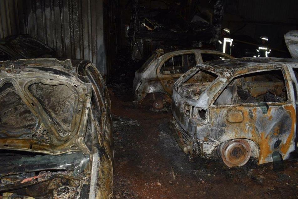 Die Autos und der Lastwagen-Anhänger brannten vollständig aus.