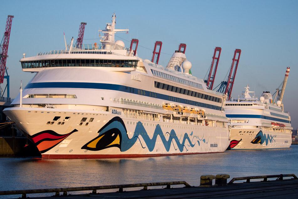 """Die beiden Aida-Schiffe """"Aidaaura"""" und """"Aidacara"""" (r) liegen am Kreuzfahrt-Terminal Steinwerder."""