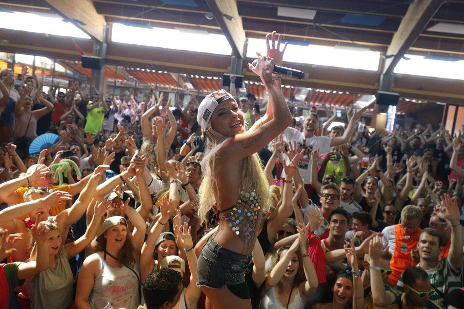 Mia Julia Brückner weiß, wie sie ihren Fans an der Playa de Palma richtig einheizt. (Foto: Clara Marias/dpa)